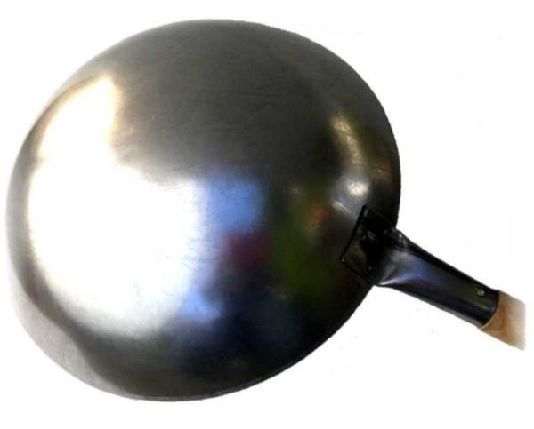 Håndlaget wok (av stål), sett fra undersiden