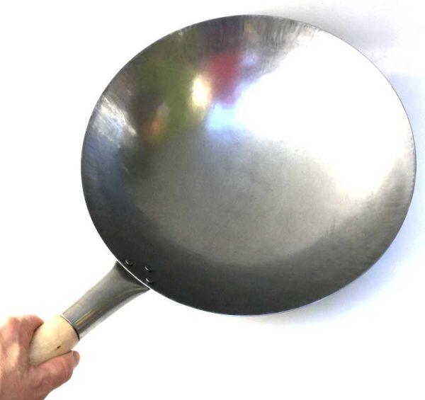 Håndlaget wok (av stål). 36 cm i diameter
