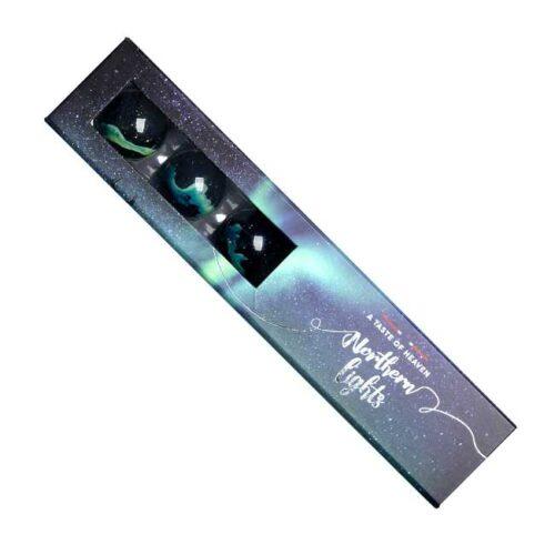 Konfekteske med 6 biter sjokoladekonfekt fra Jentene på Tunet, spektakulært dekorert for hånd