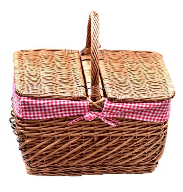 Stor piknikkurv med rødrutet fôr